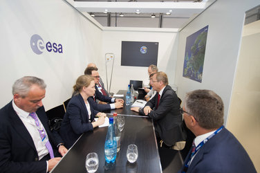 Jan Wörner meets Vladimir Solutsev at the ESA Pavilion