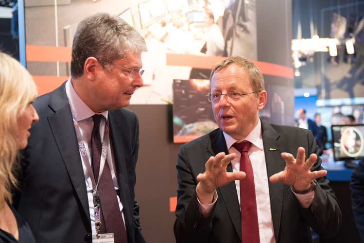 Jan Wörner shows Alessandro Busacca the ESA Pavilion