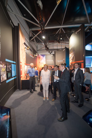 Jan Wörner shows Members of the European Parliament the ESA Pavilion