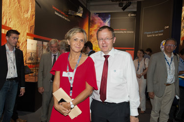 Jan Wörner shows Valerie Pécresse the ESA Pavilion