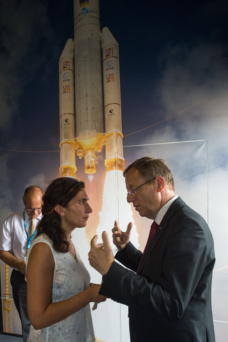 Jan Wörner shows Zuhal Demir the ESA Pavilion