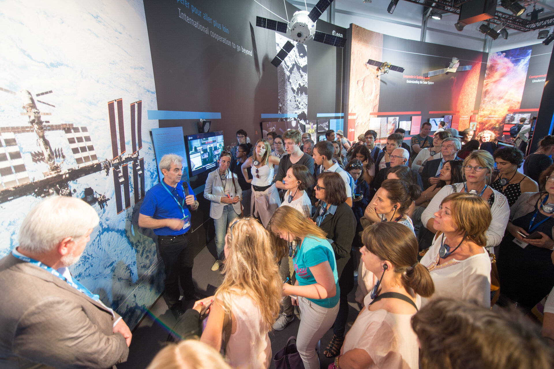 Leopold Eyharts shows ESA staffs the ESA Pavilion