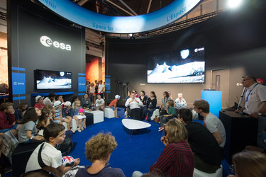 'Space 4.0ur future: plug and play' session with Jan Woerner dedicated to kids