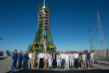 Expedition 52 crewmembers and dignitaries at the launch pad