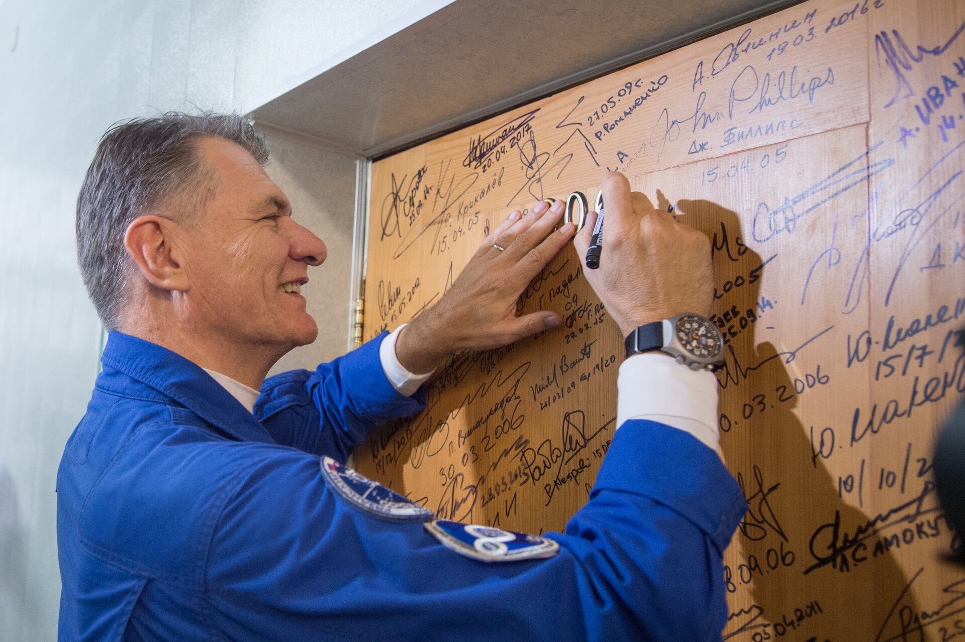 Paolo Nespoli performs the traditional door signing at the Cosmonaut Hotel