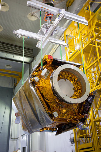 Sentinel-5P hoisted out of transport container