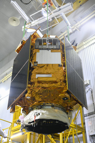 Sentinel-5P lowered on to upper stage