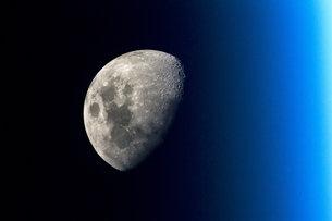 Слика од Месечината направена од Интернационалната Вселенска Станица (International Space Station)
