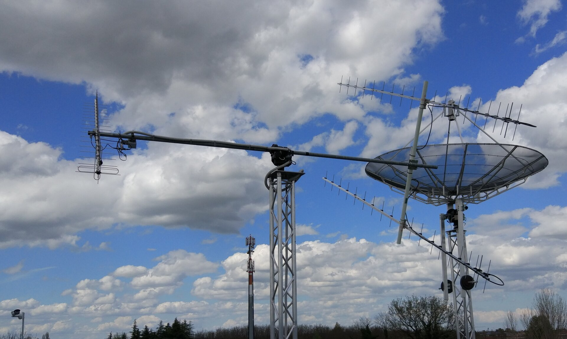 The steerable UHF and S-band antennas of the Ground Station Bologna
