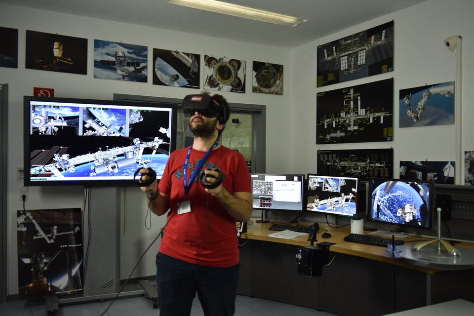 Experiencing space in virtual reality