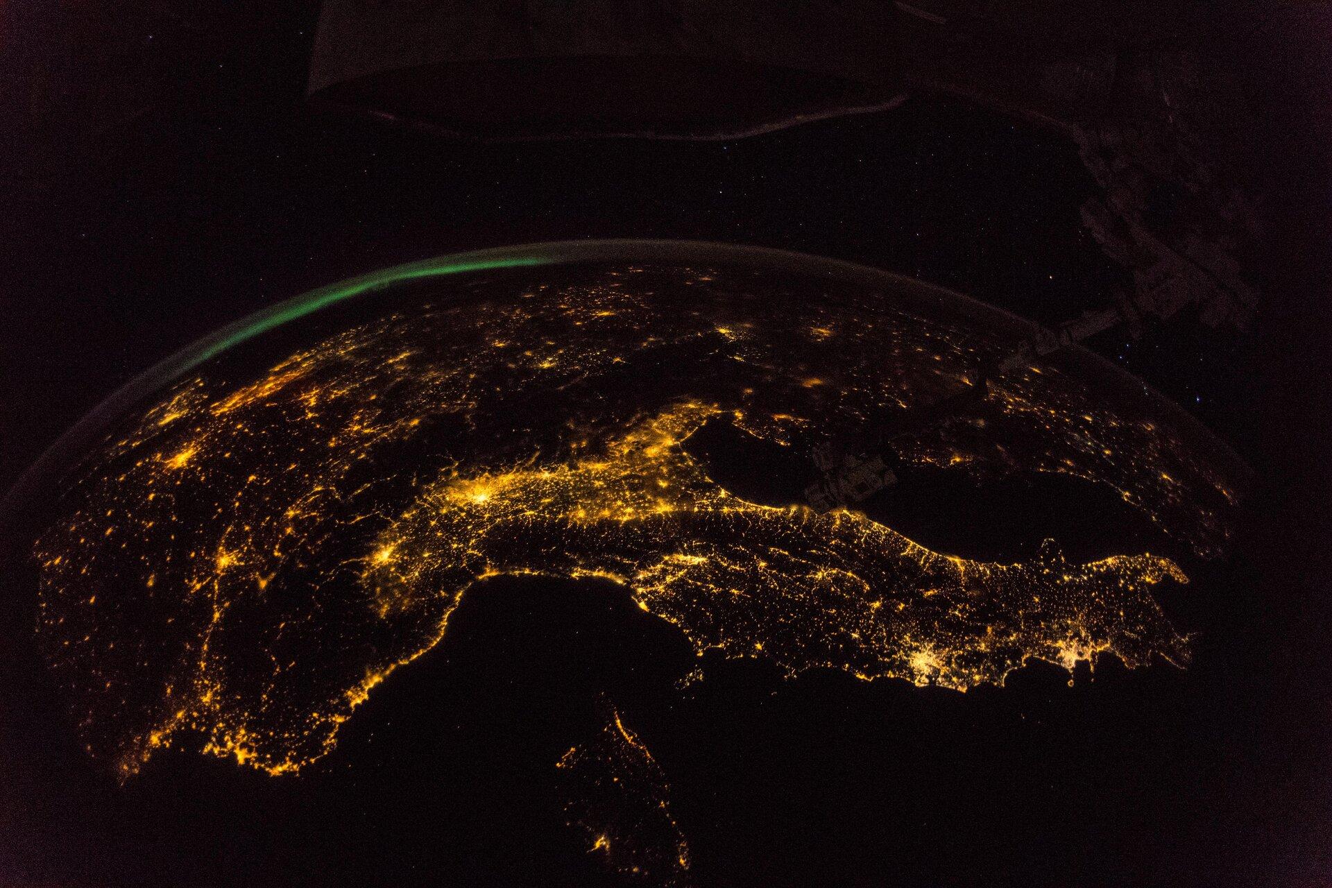 Perchè le stelle brillano nel cielo Italia di notte, focus sulla concentrazione di luci. Credits: ESA