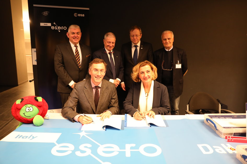 ESERO Italy contract signature between ESA and ANISN on 14 February 2019