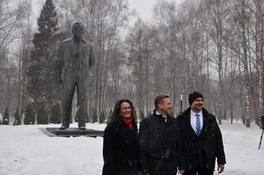 Serena, Sergei and Alexander by the Yuri Gagarin monument.
