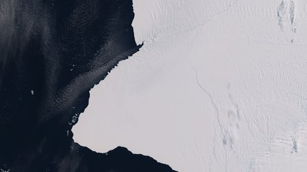 Brunt ice shelf cracked