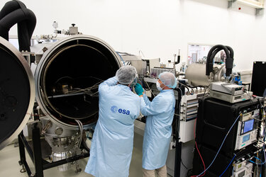 Opening thermal vacuum chamber