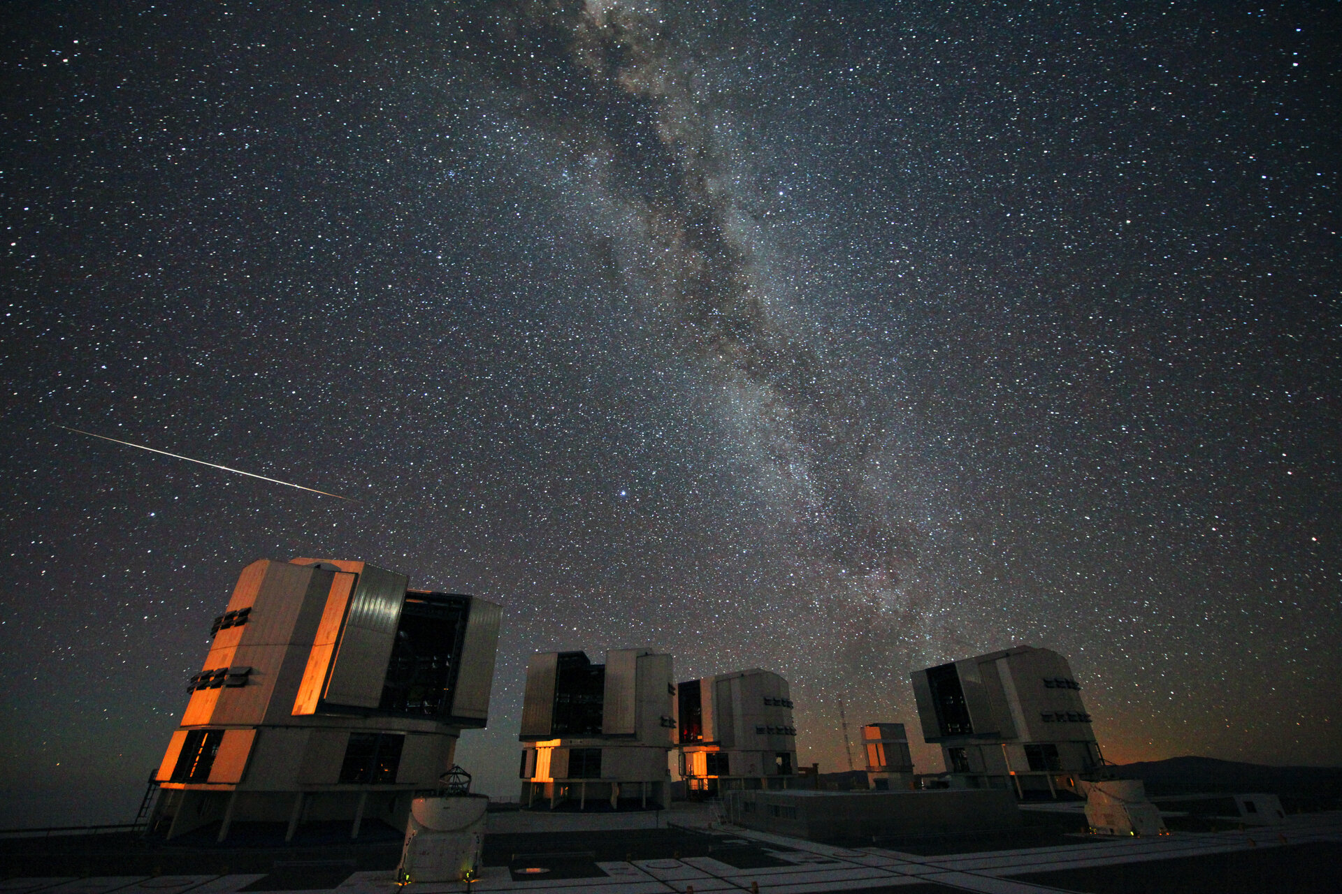 Perseids over the VLT