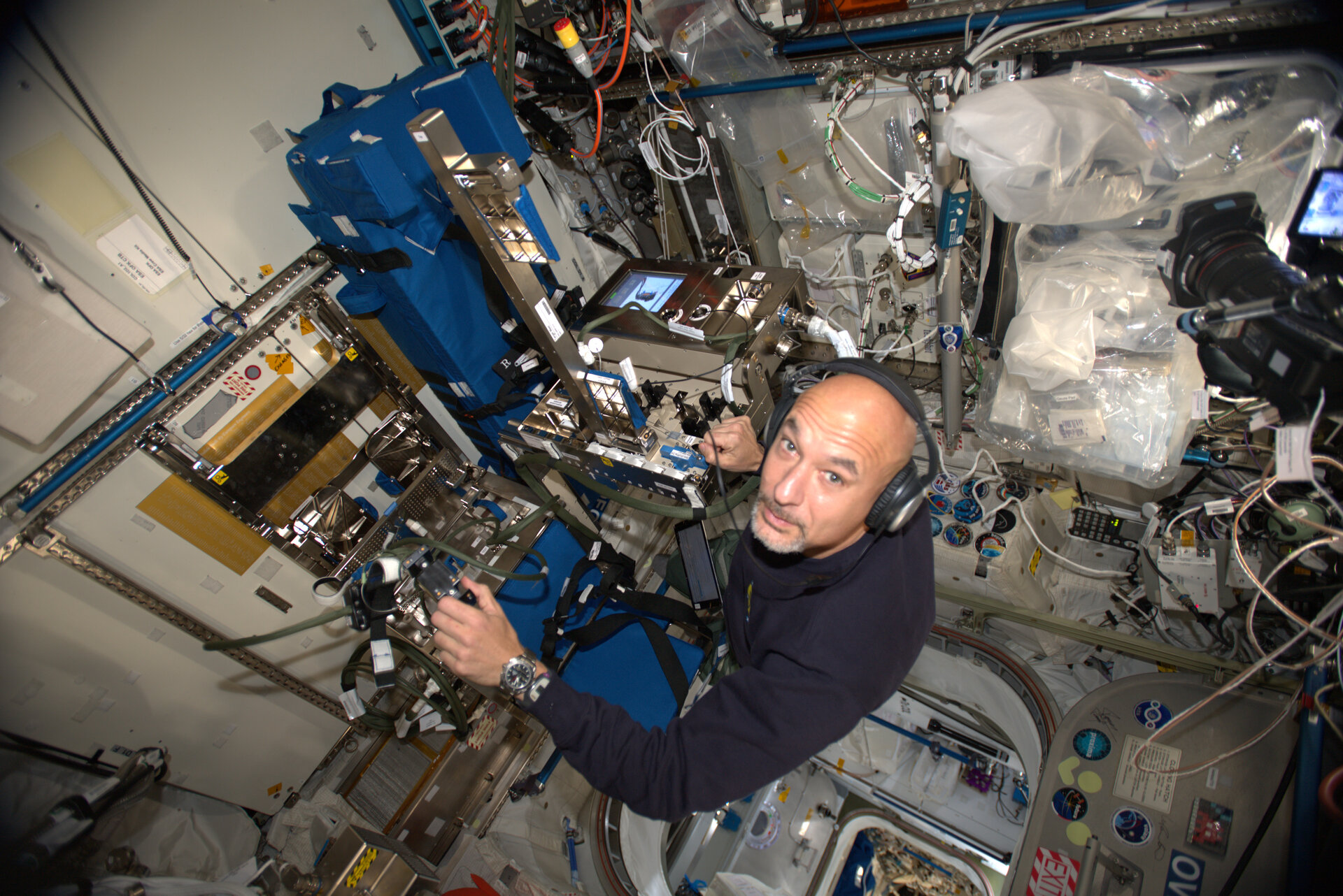 Luca performs GRIP experiment on the International Space Station