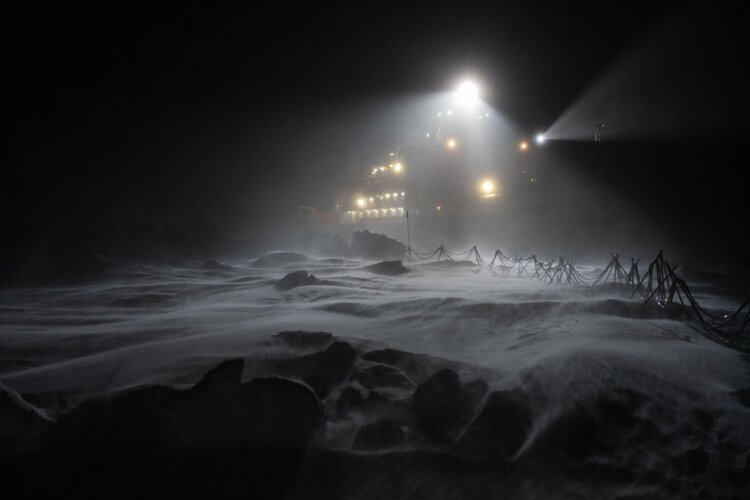 Polarstern shrouded in darkness