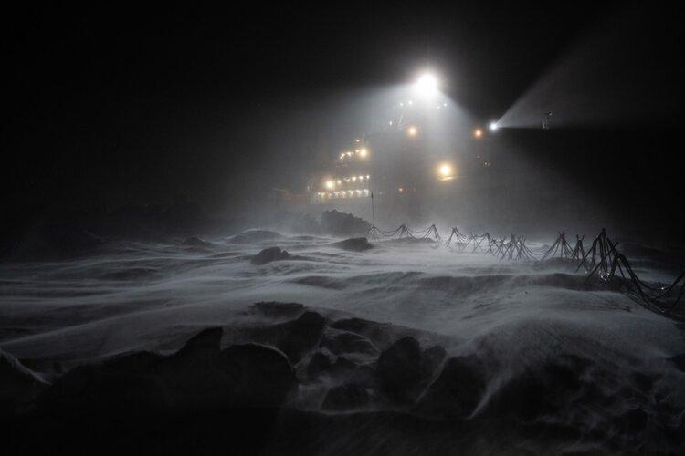 Polarstern shrouded in darkness