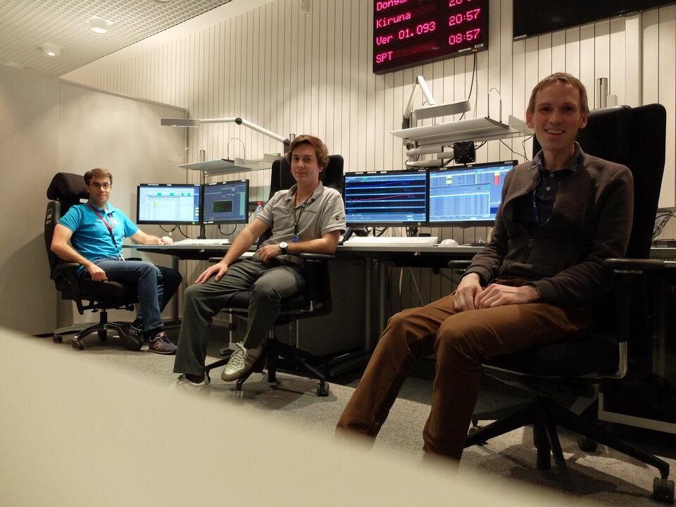 Alcuni membri del gruppo di controllo del volo BepiColombo monitorano il sorvolo della Terra dell'astronave mantenendo una distanza sociale rigorosa.