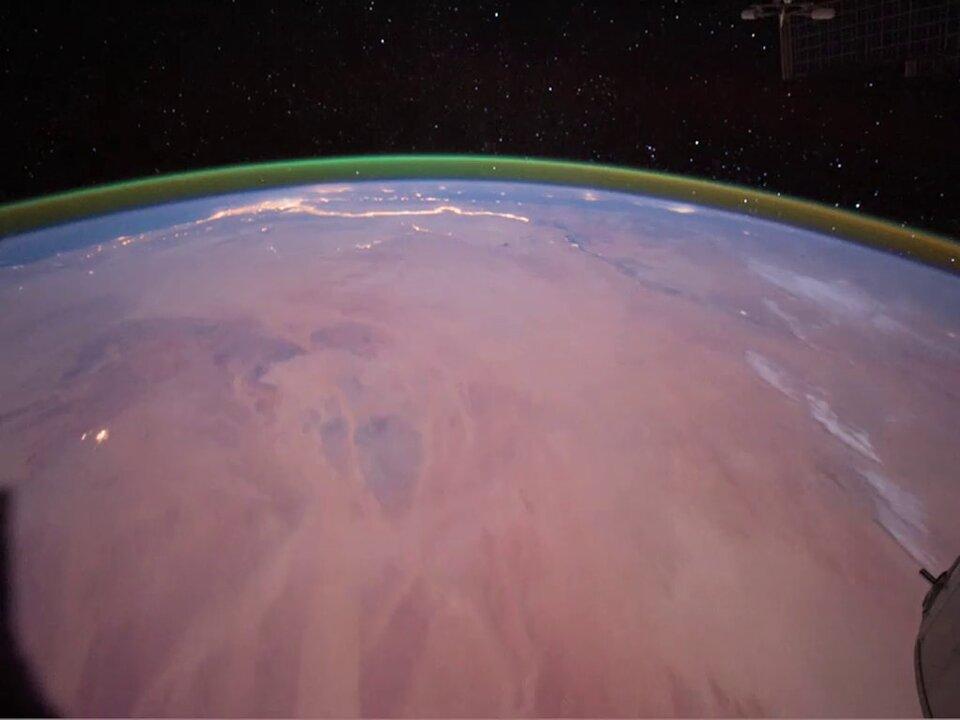 Foto af laget af glødende oxygen over Jorden, fotograferet fra ISS