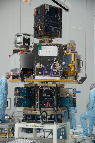 Integration of the main deck and HEXA of the Small Spacecraft Mission Service (SSMS) dispenser