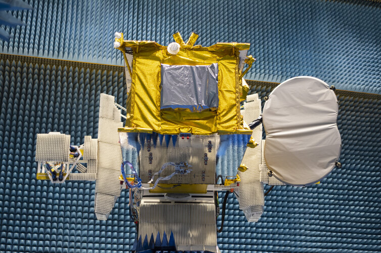 The Eutelsat Quantum satellite in the radio-frequency test facility