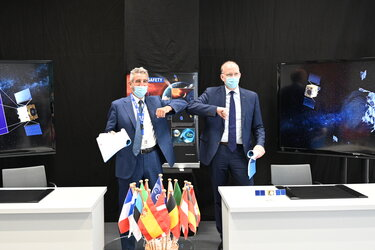 The contract was signed by Franco Ongaro (l), ESA Director of Technology, Engineering and Quality, and Marco Fuchs (r), CEO of Germany space company OHB, prime contractor of the Hera consortium.