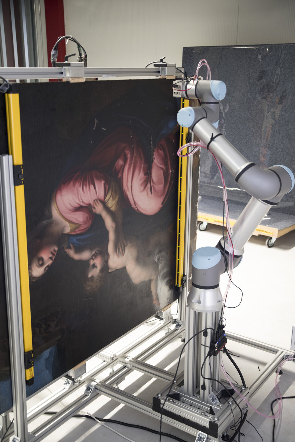 Lo scanner a raggi X robotico RToo in azione