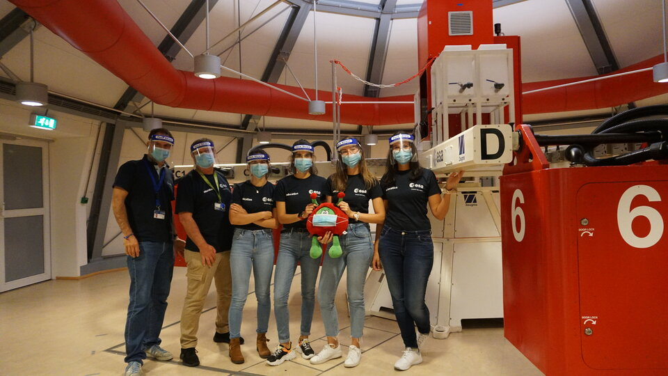 Il team Artemis con l'ESA Academy e lo staff di supporto ESA TEC.