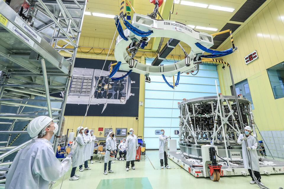 Lifting third European Service Module structure in Bremen