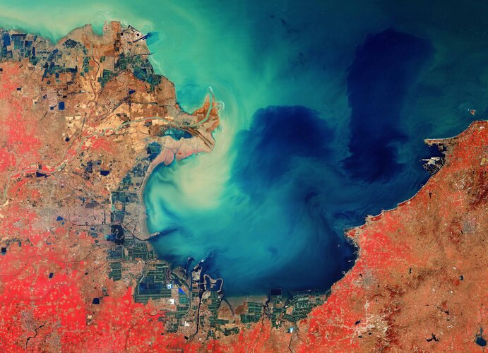 Copernicus Sentinel-2 takes us over the sediment-stained waters in Laizhou Bay, located on the southern shores of the Bohai Sea, on the east coast of mainland China.
