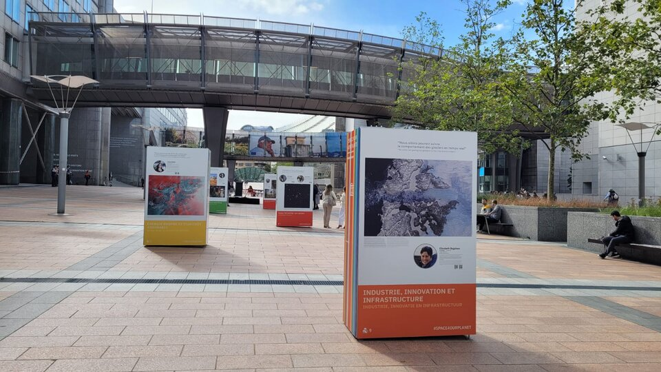 Space for our Planet mostra fotografica sull'Esplanade del Parlamento Europeo a Bruxelles