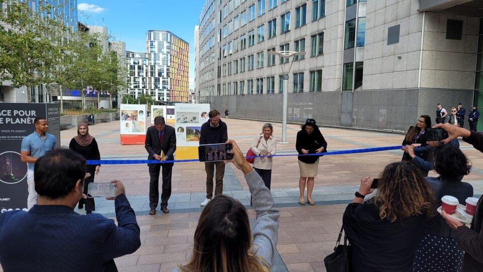 Simotta Cheli dell'ESA (secondo da destra), taglia il nastro per aprire Space for our Planet sull'Esplanade del Parlamento Europeo a Bruxelles